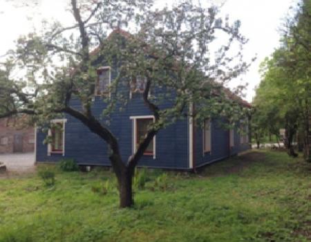 Kairėje: mėlynas namas prieš , Dešinė: mėlynas namas po